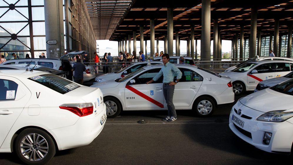 Foto: Un grupo de taxistas en la estación de Atocha. (EFE)