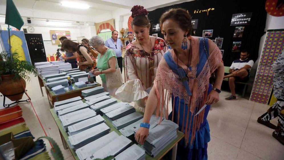 Foto: Dos mujeres vestidas de flamenca ejercen su derecho a voto en las elecciones. (EFE)