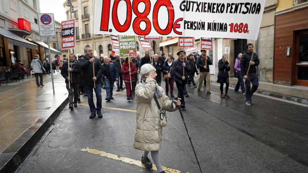 Foto: Manifestación de jubilados en Pamplona por una pensión mínima de 1.080 euros. (EFE)