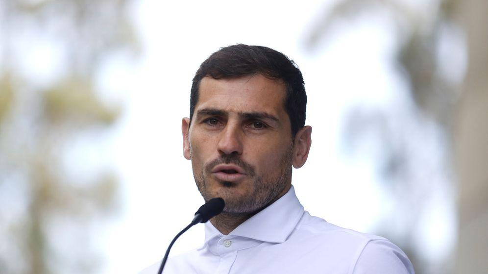 Foto: Iker Casillas a su salida del hospital en Oporto tras ser intervenido de un infarto de miocardio. (Efe)