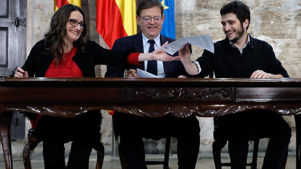 Foto: Mónica Oltra, Ximo Puig y Antonio Estañ en la firma del acuerdo para presupuesto de la Generalitat para 2019. (EFE)