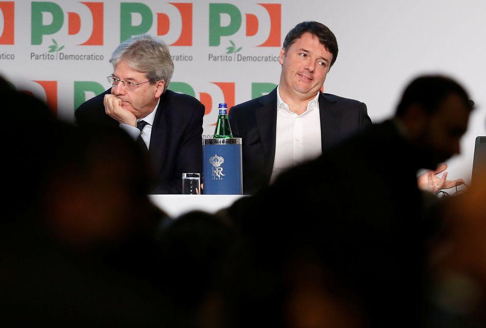 Foto: El ex primer ministro Matteo Renzi y su sucesor, Paolo Gentiloni, durante un acto del Partido Democrático en Roma, el 19 de febrero de 2017 (Reuters)