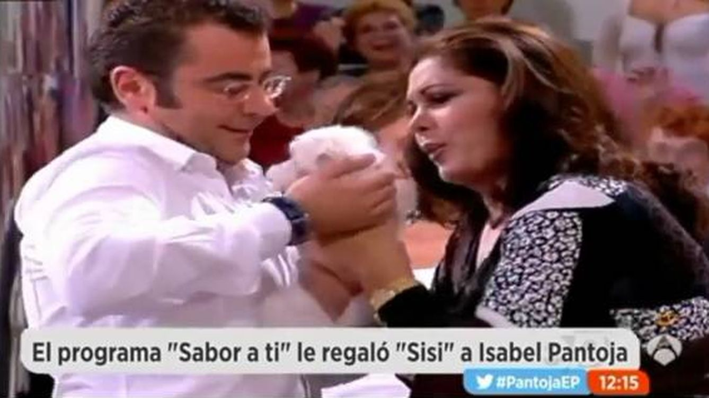 El momento en el que Jorge Javier Vázquez entrega la perrita Sisi a Isabel Pantoja