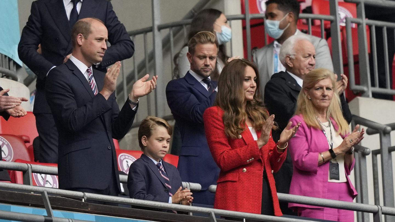Los duques de Cambridge, junto a George. (Reuters)