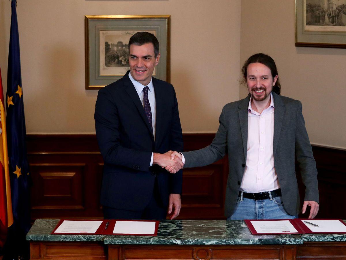 Foto: Pedro Sánchez y Pablo Iglesias, tras la firma del preacuerdo para el Gobierno de coalición. (EFE)