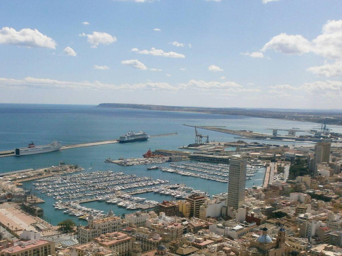 Foto: Vista general del Puerto de Alicante. (Wikimedia Commons)