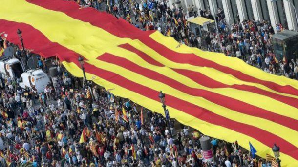 Foto: Una bandera española y catalana en la celebración del Día de la Hispanidad en la Plaza de Cataluña, en 2013.