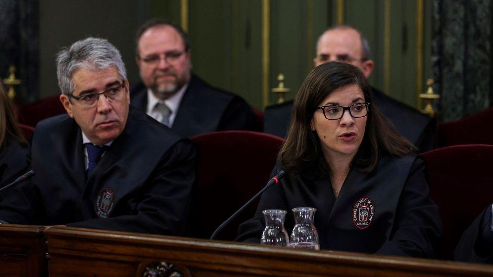 Foto: El coordinador de la defensa de los 'exconsellers' del PDeCAT y 'exconseller' de Presidencia, Francesc Homs, y la abogada Ana Bernaola. (EFE)
