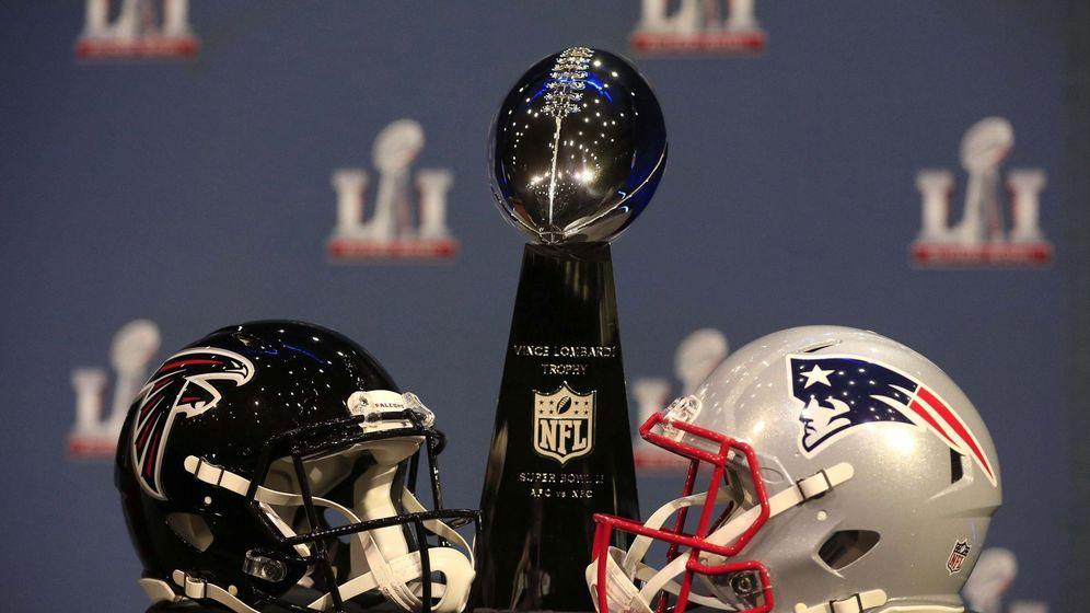 Foto: Vista de los cascos de New England Patriots (d) y de Atlanta Falcons (i) junto al trofeo de campeón (Efe).