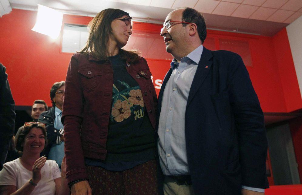 Foto: Miquel Iceta conversa con Núria Parlon tras resultar vencedor de las primarias del PSC, este 15 de octubre en la sede del partido en Barcelona. (EFE)