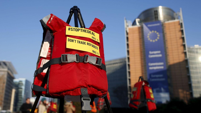 Protestas en contra del pacto con Turquía frente a la sede de la Comisión Europea. (Reuters)