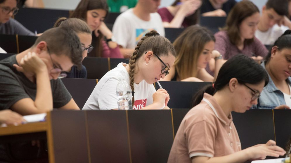 Foto: Un grupo de estudiantes en la Universitat Pompeu Fabra realizan el examen de selectividad en 2019