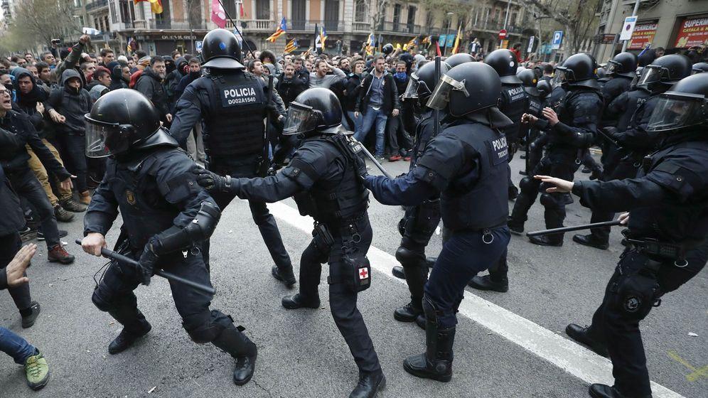 Foto: Miembros de los Mossos d'Esquadra impiden el paso de manifestantes en las inmediaciones de la Delegación del Gobierno en Cataluña. (EFE)