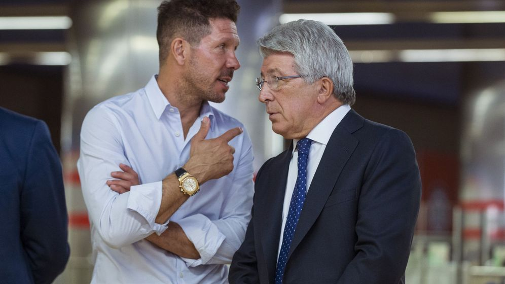 Foto: Simeone habla con el presidente, Enrique Cerezo. (EFE)