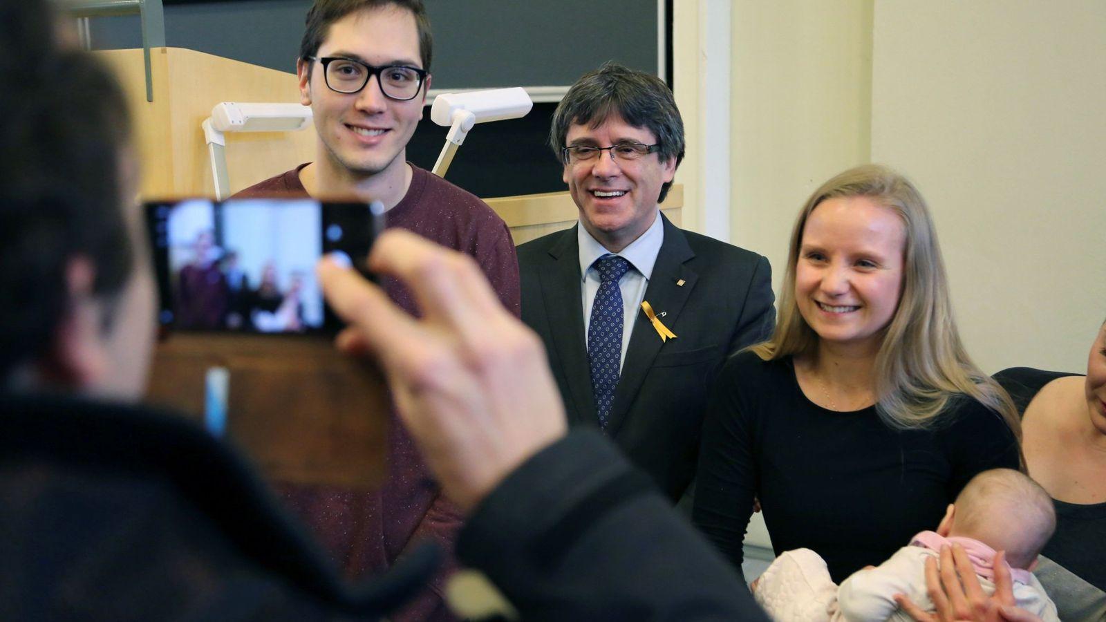 Foto:  El expresidente catalán Carles Puigdemont posa con simpatizantes antes de pronunciar una conferencia en la Universidad de Helsinki. (EFE)