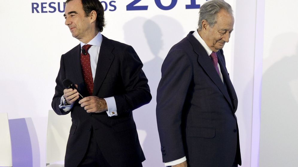 Foto: El presidente de OHL, Juan Villar Mir Fuentes, junto al fundador del grupo, Juan Miguel Villar Mir (c). (Reuters)