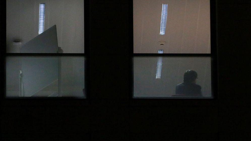 Foto: El expresidente de la Generealitat de Cataluña Carles Puigdemont, en una dependencia de la sede de la Fiscalia belga en Bruselas. (EFE)