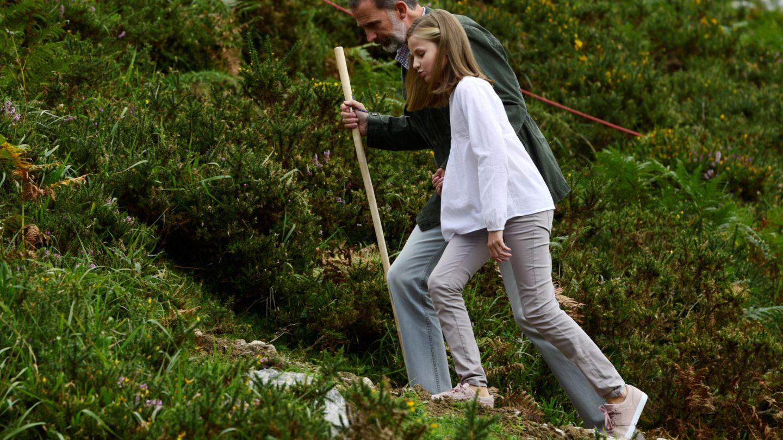 Felipe y Leonor subiendo al Mirador de la Princesa. (Reuters)