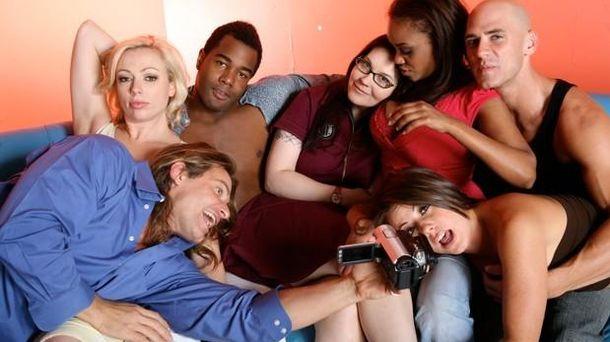 Foto: La realizadora Tristan Taormino, en el centro, rodeado de sus actores. (Vivid)