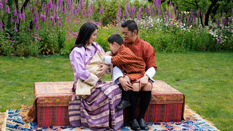 El príncipe heredero, muy cariñoso con su hermano. (Royal Office For Media).