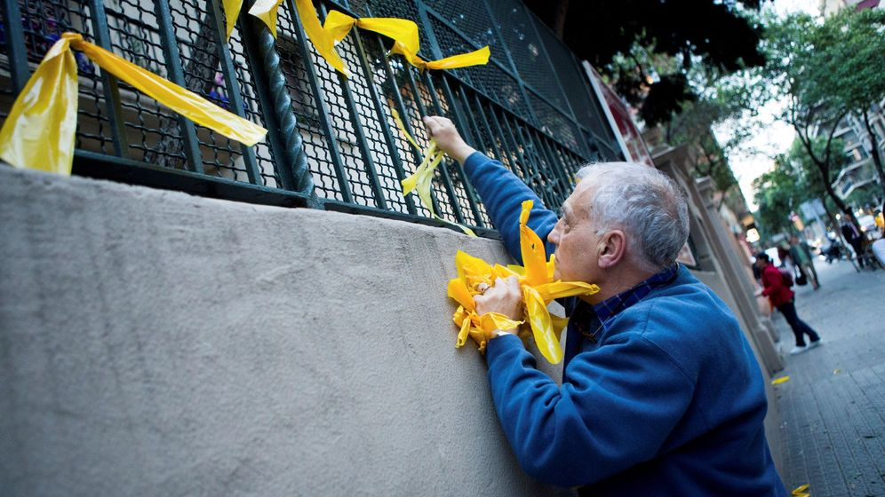 Foto: Un hombre retira lazos amarillos en Barcelona. (EFE)