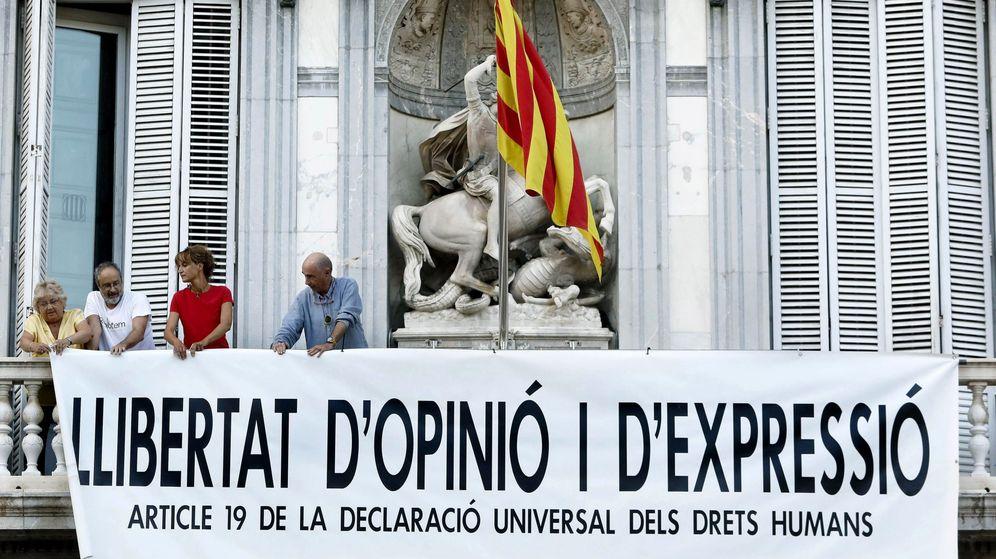 Foto: Despliegan en la Generalitat otra pancarta sobre la libertad de expresión. (EFE)