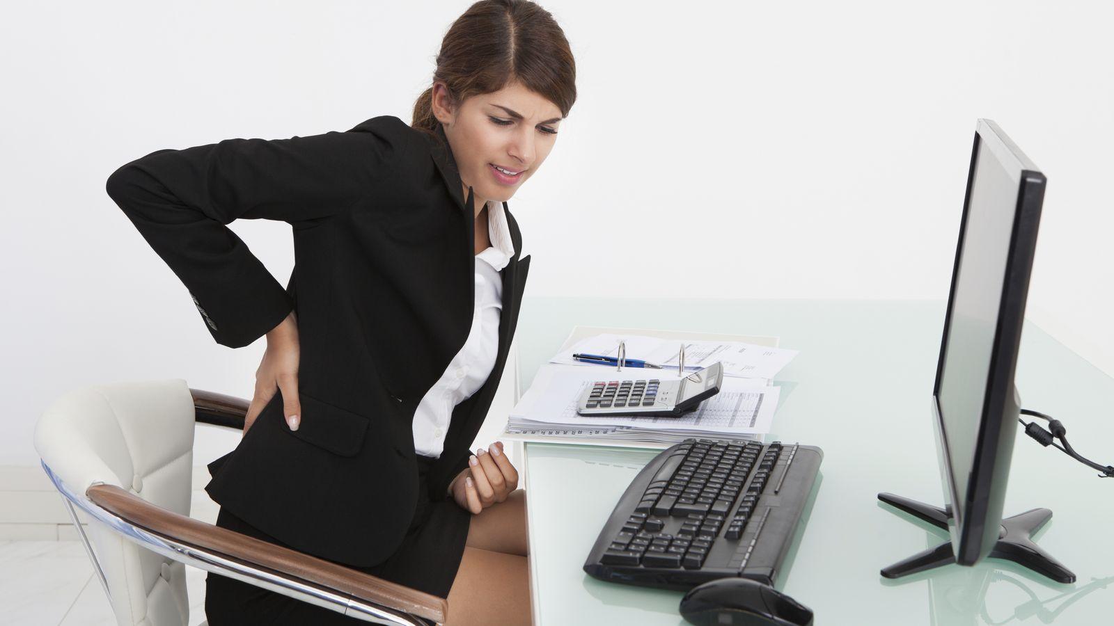 Dolor de espalda las 7 posturas diarias a evitar para que no te vuelva a doler la espalda - Sillas para hacer el amor ...