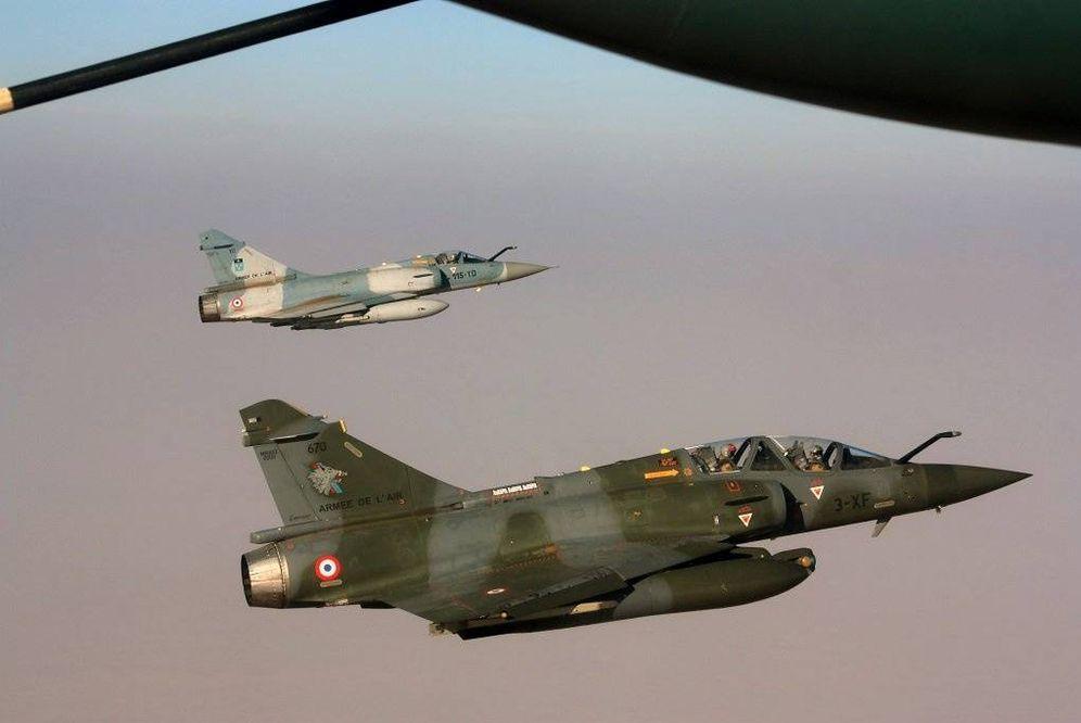 Foto: Una imagen del momento del abastecimiento de dos cazas Mirage por un Hércules de la fuerza aérea española, el pasado 21 de febrero. (Ministerio de Defensa de Francia)