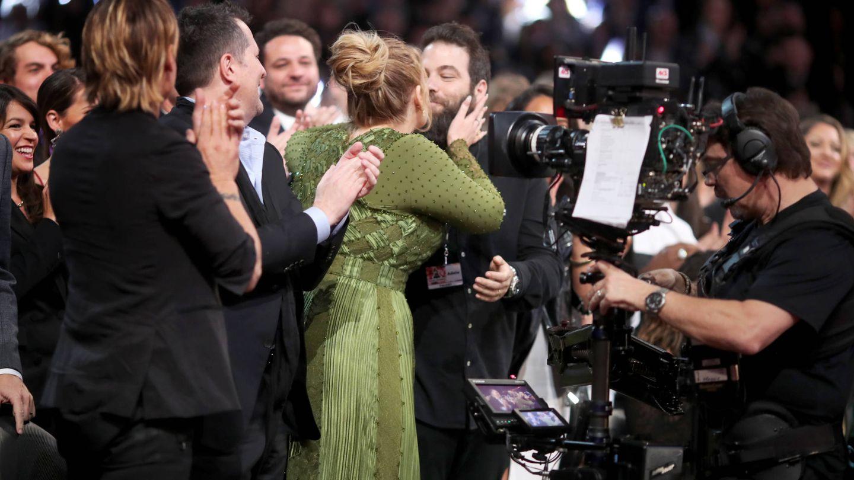 Adele besa a su exmarido durante los Grammy. (Getty)