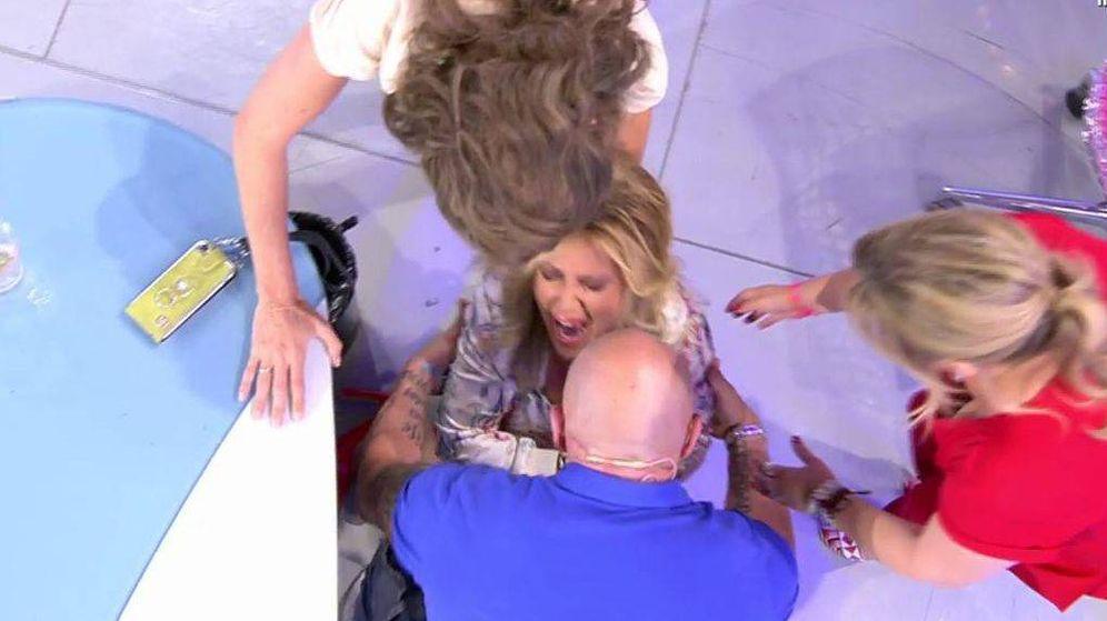 Foto: Lydia Lozano sufre un accidente en 'Sálvame'. (Mediaset España)