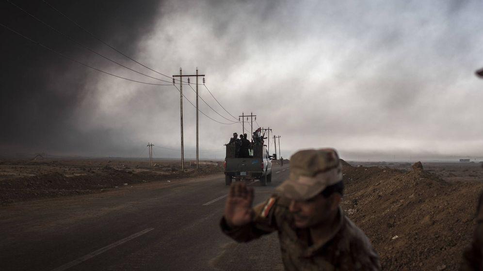 Foto: Soldados iraquíes en el último puesto de control del frente de Al Qayara. (Ethel Bonet)