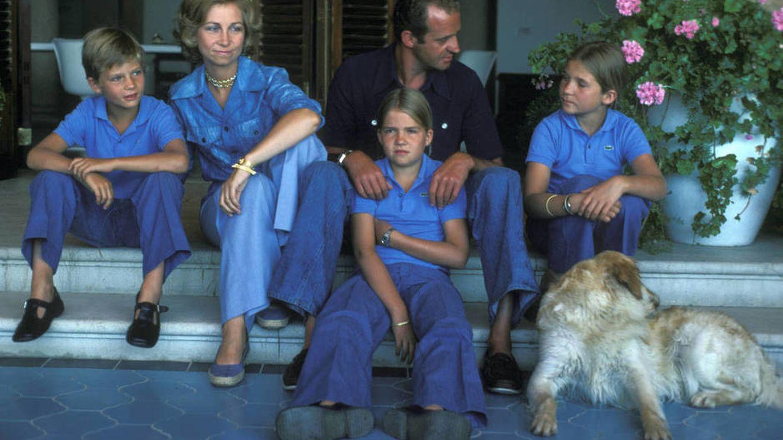 Los Reyes eméritos, con sus hijos en Marivent en 1976. (Getty)