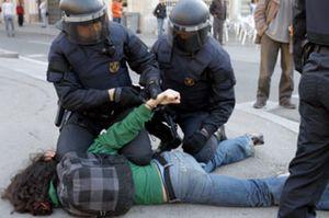 Tres jóvenes detenidos y cinco mossos heridos tras el desalojo de la Universidad de Barcelona