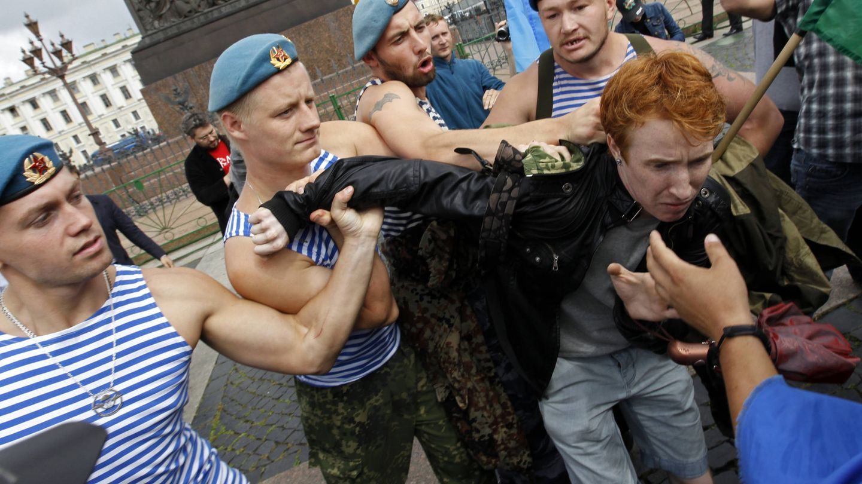 Antiguos paracaidistas rusos detienen al activista de derechos LGTB Kirill Kalugin en San Petersburgo, el 2 de agosto de 2013. (Reuters)