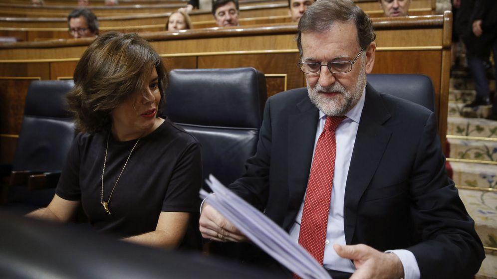 Foto: El presidente del Gobierno, Mariano Rajoy, junto a la vicepresidenta, Soraya Sáenz de Santamaría, en el Congreso de los Diputados. (EFE)