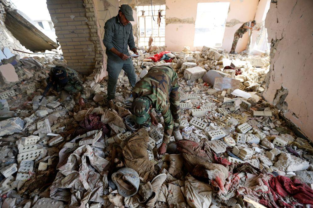Foto: Milicianos chiíes examinan los cadáveres de miembros de las fuerzas de seguridad iraquíes asesinados por el ISIS en Saqlawiya, el 5 de junio de 2016 (Reuters)