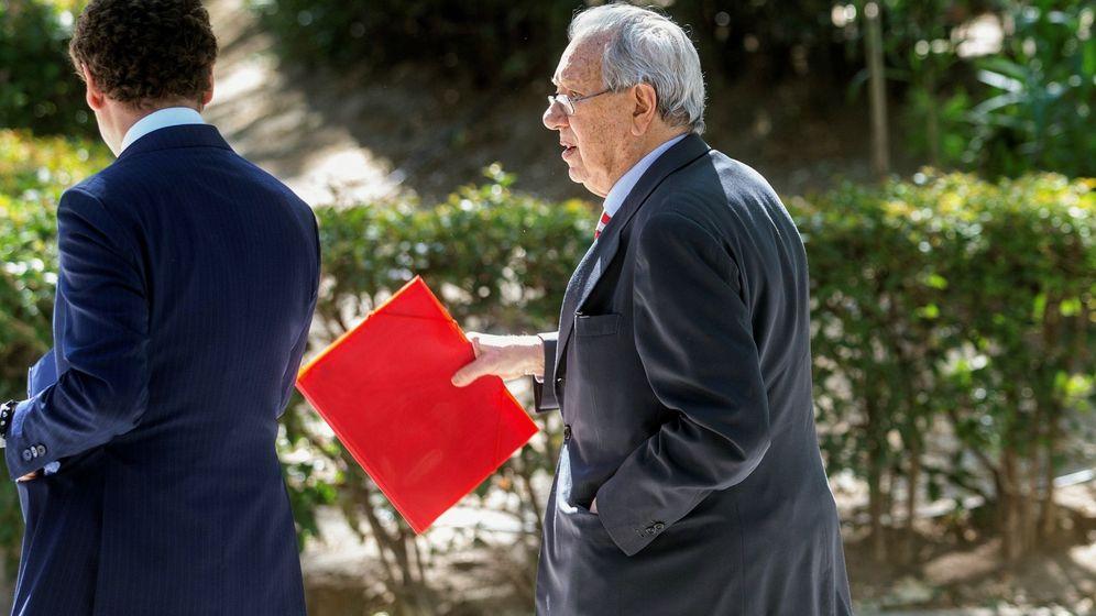 Foto: El exembajador Raúl Morodo, camino de su declaración ante la Audiencia Nacional en mayo de 2019. (EFE)