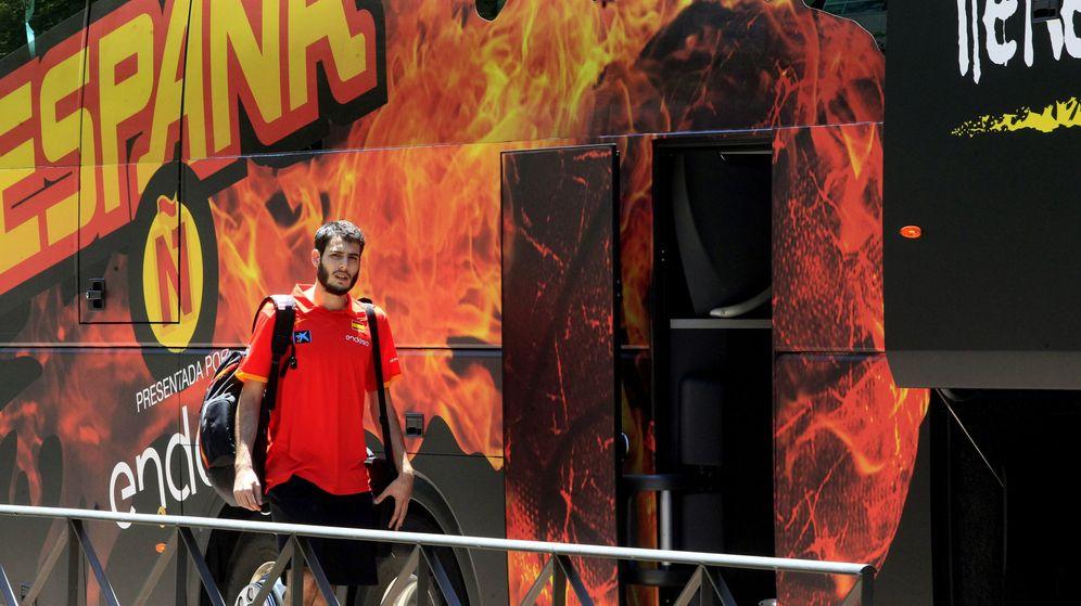 Foto: El alero de la selección española de baloncesto Alex Abrines a su salida del hotel de concentración del equipo en Madrid. (EFE)