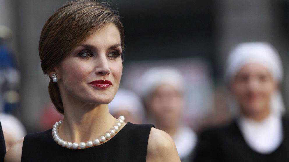 La Reina se estrena en las 'joyas de pasar' con un collar de perlas