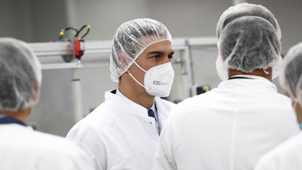 Foto: Sánchez, ayer, en un laboratorio de San Sebastián de los Reyes (Madrid). (EFE)