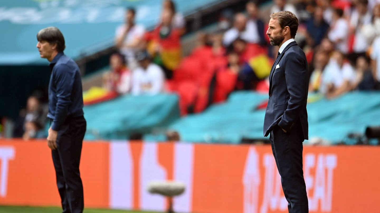 Ambos entrenadores, serios en la banda. (EFE)
