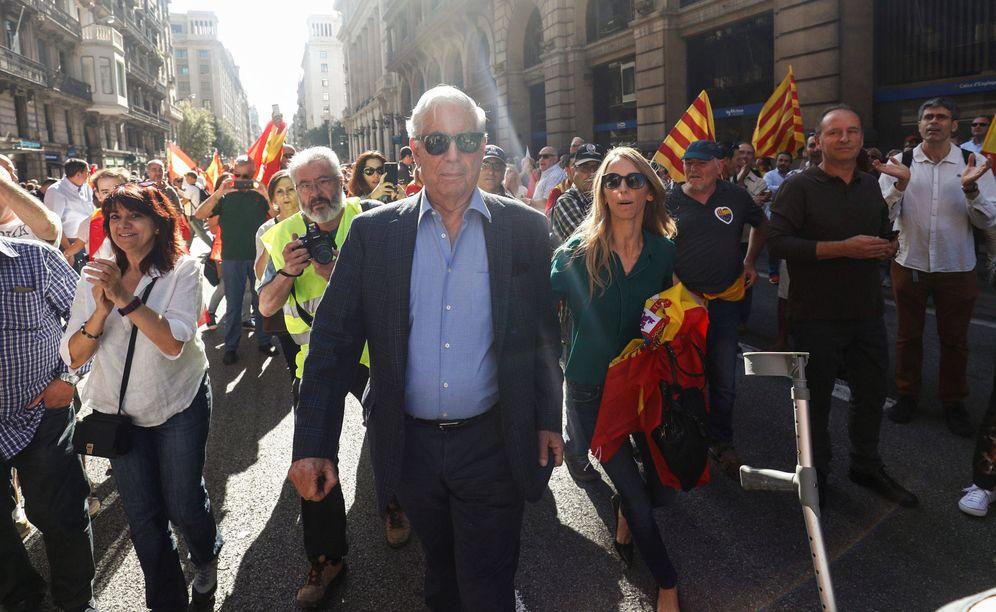 Foto:  Mario Vargas Llosa recorriendo las calles de Barcelona. (Gtres)