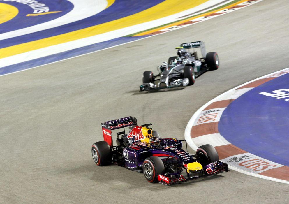 Foto: Sebastian Vettel y Nico Rosberg durante el GP de Singapur (Efe).