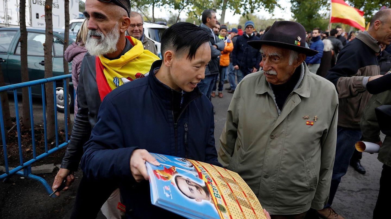 Chen Xiangwei regenta un bar con simbología franquista en Madrid. (Efe)