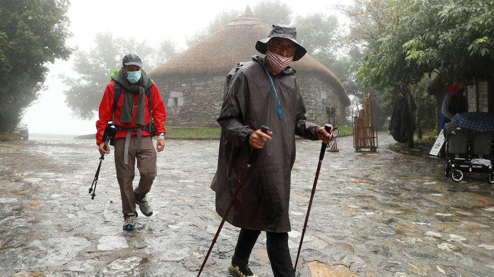 Foto: Dos peregrinos en el Camino de Santiago. (EFE)