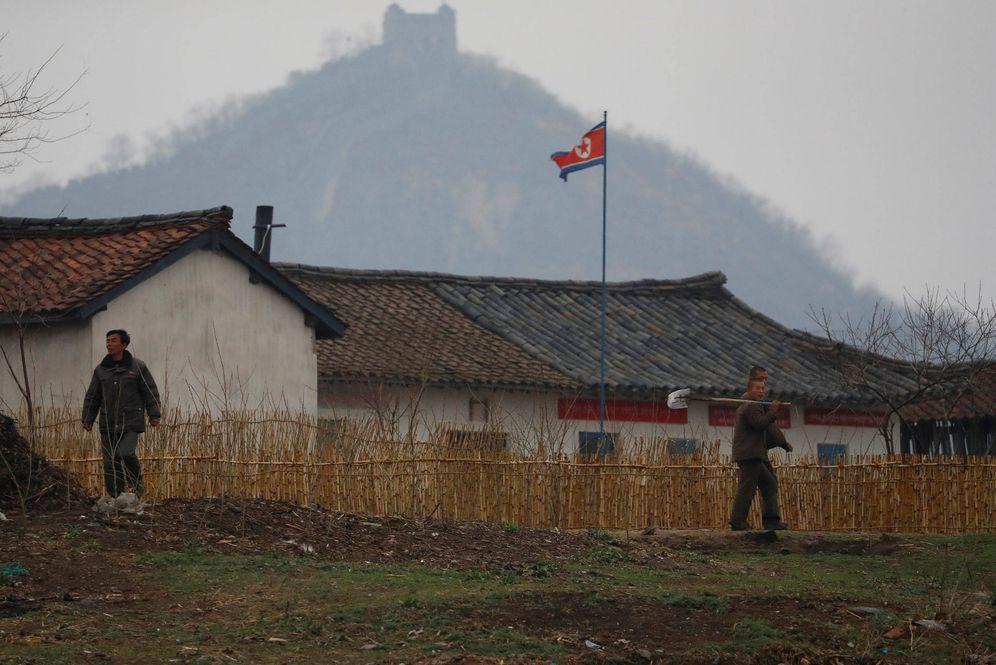 Foto: Ciudadanos norcoreanos, vistos desde el lado chino del río Yalu, en la frontera entre ambos países, en abril de 2017. (Reuters)
