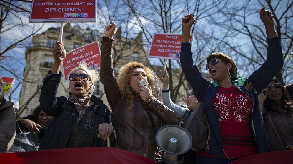 Foto: Trabajadoras sexuales se manifiestan contra el proyecto de ley que prohibe pagar por recibir servicios sexuales, en París, el 6 de abril de 2016 (EFE)