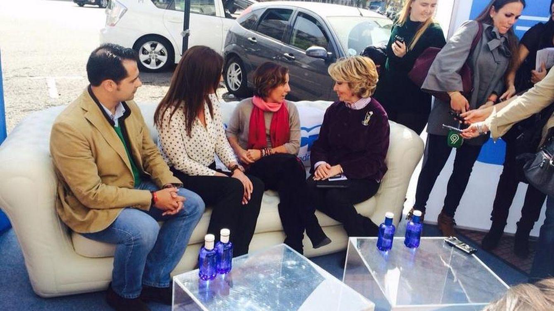 Aguirre pone un sofá en la calle para escuchar las sugerencias de los madrileños