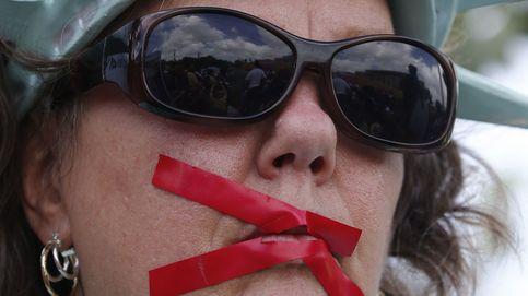 Una mujer se encarama a la Estatua de la Libertad para protestar contra Trump