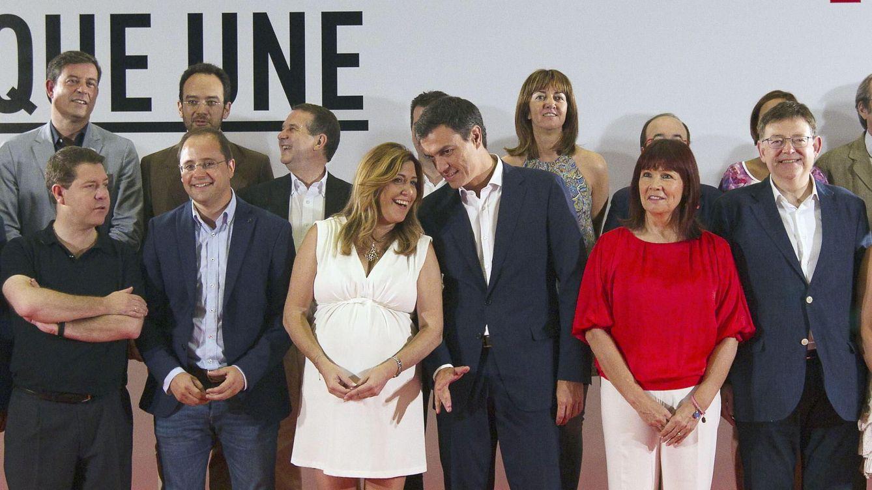 Foto: Pedro Sánchez y sus barones, en el consejo de política federal celebrado en Sevilla el pasado 13 de julio. (EFE)